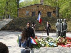 1. Dora - Dépôt de gerbe de l'Association par les jeunes lauréats du Concours national et de la Déportation de Seine Saint Denis au monument aux morts, face au Crématoire