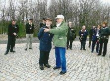 11. Buchenwald - Sur les vestiges de la gare du camp. JC Gourdin, accompagnateur, et Albert Girardet (Déporté KLB 51557) rappellent ce que furent les conditions de transport et celles de l'arrivée au camp