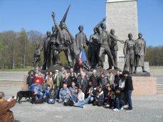 2. Buchenwald : Le groupe des participants du voyage d'avril devant le monument commémoratif de Fritz Cremer Derrière on aperçoit la Glockenturm