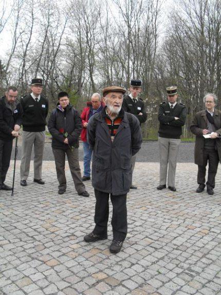 4. Buchenwald : L'allée des Nations : Albert Girardet, ancien déporté à Buchenwald et à Dora témoigne devant le groupe