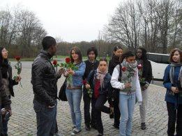 5. Buchenwald : L'allée des Nations : les jeunes vont aller fleurir la stèle France et les tombes circulaires
