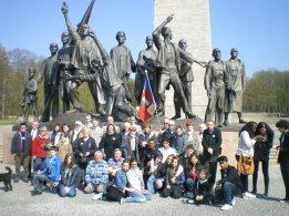6. Buchenwald : Le groupe devant le monument de Fritz Cremer
