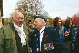 7. Le groupe des jeunes de Seine Saint Denis autour d'Ed Carter Edwards aviateur canadien déporté à Buchenwald (convoi du 15/8/1944 parti de Pantin) et l'accompagnateur du voyage JC Gourdin dont le père Georges Gourdin fut déporté par le même convoi