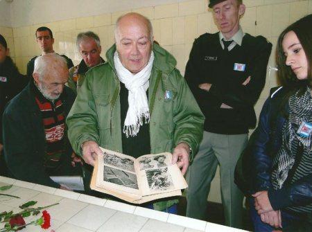8. Buchenwald - Locaux du crématoire. Dans la salle de vivisection, l'accompagnateur JC Gourdin commente les crimes nazis et soumet au groupe quelques photos retraçant les horreurs commises en ce lieu par les nazis