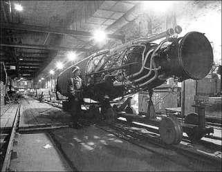 Un moteur de fusée posé sur rail dans un tunnel