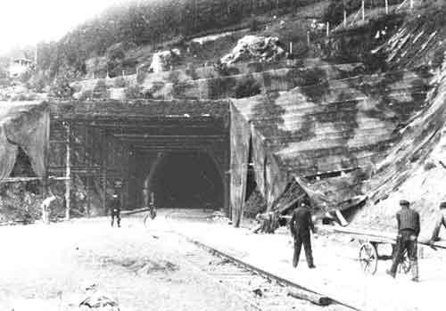 Entrée sous la colline d'un des deux tunnels de Dora