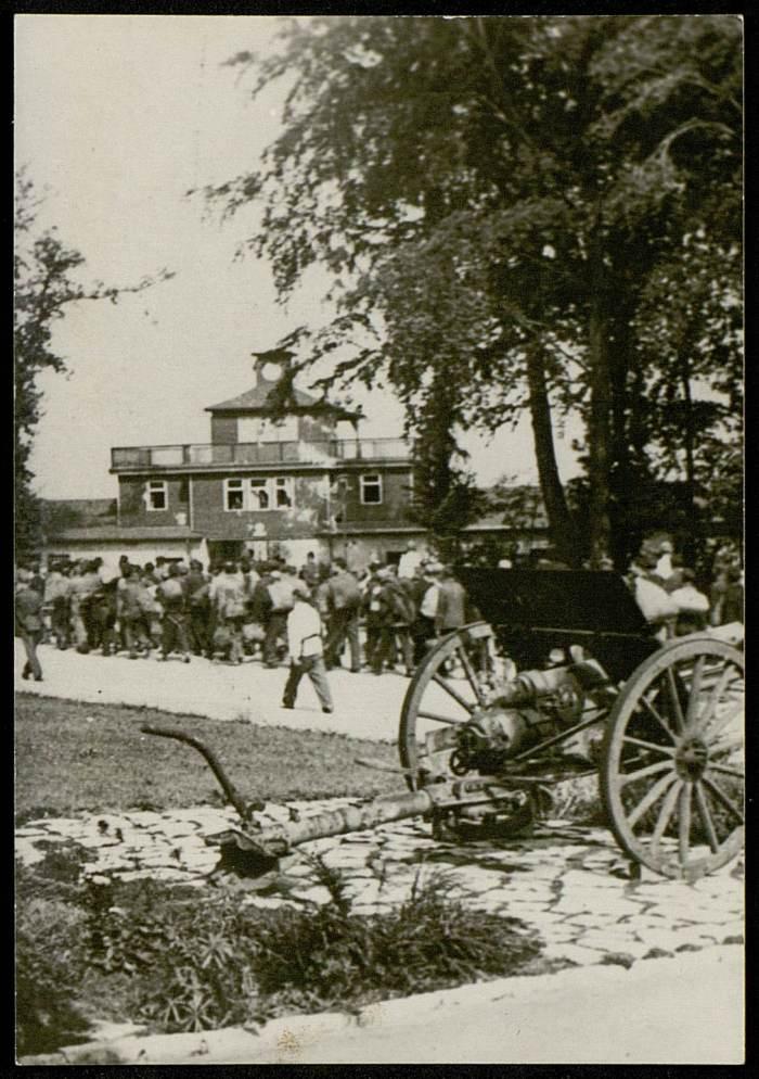 Photographie de l'arrivée des détenus au camp©AFBDK