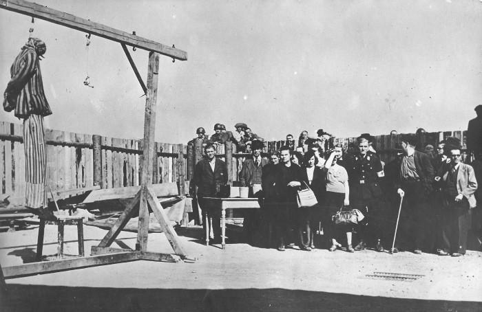 Photographie des habitants de Weimar devant la potence © AFBDK