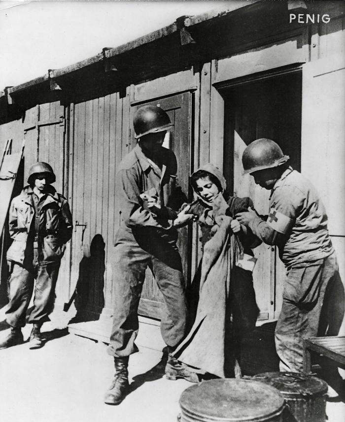 Photographie de Penig, Américains aidant une femme à sortir d'une baraque © AFBDK