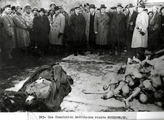 Photographie de la commission visitant le camp à la Libération © AFBDK
