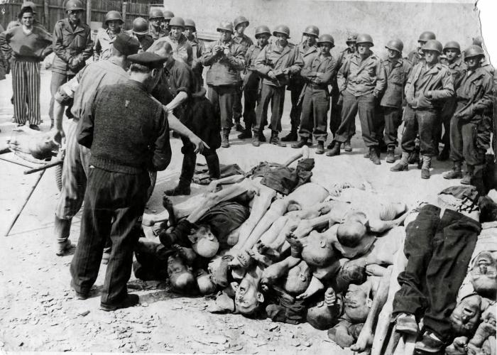 Photographie de cadavres de déportés avec en arrière plan des soldats américains © AFBDK