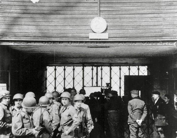 Photographie de l'entrée du camp de Buchenwald avec les soldats américains en premier plan © AFBDK