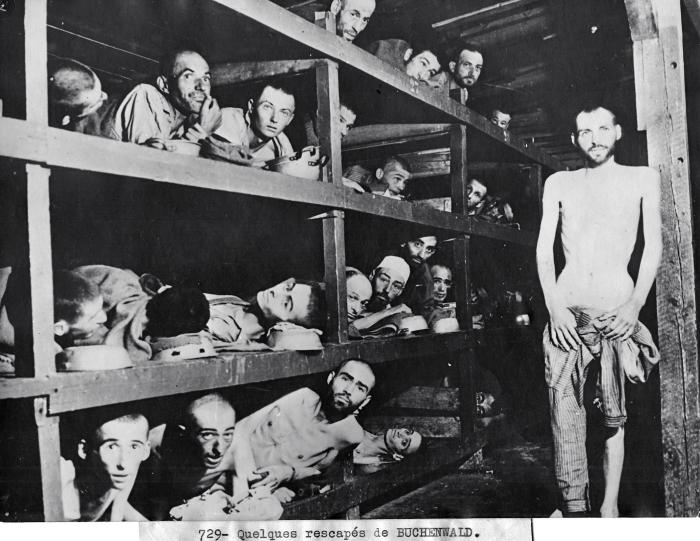 Photographie très connue de quelques déportés dans une baraque, dont un debout © AFBDK